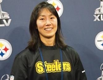 写真の女性は磯有理子さん。女性として初めてNFLでアスレティックトレーナーになった方。