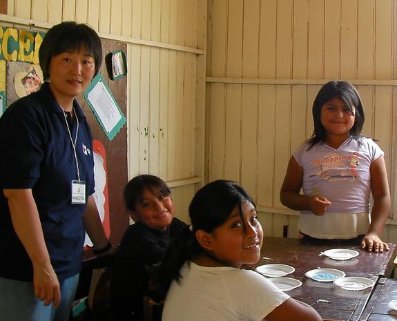 ペルーの村で子供達と活動している様子