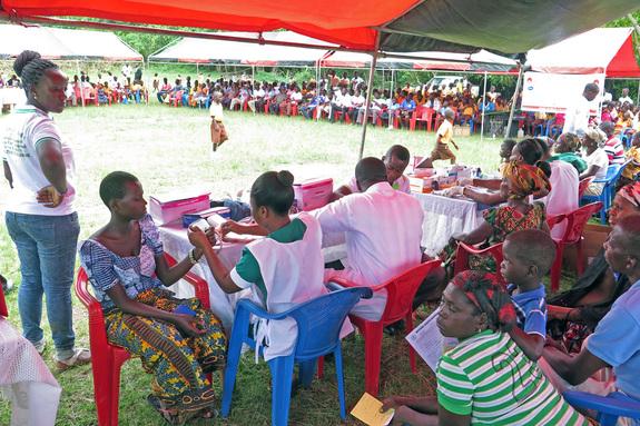ガーナのカカオ生産地での健康診断の様子