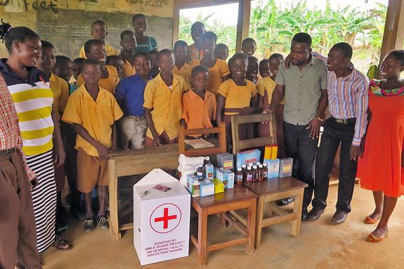 村の学校へ救急箱を寄贈した様子