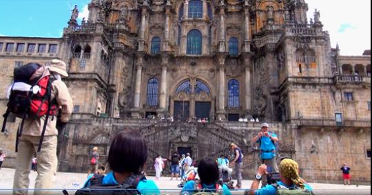 大聖堂前で寝転がって大聖堂を見上げる…ほっと一息