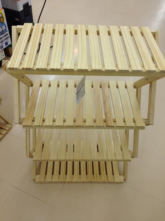 商品陳列スペースを増やす木製棚です。