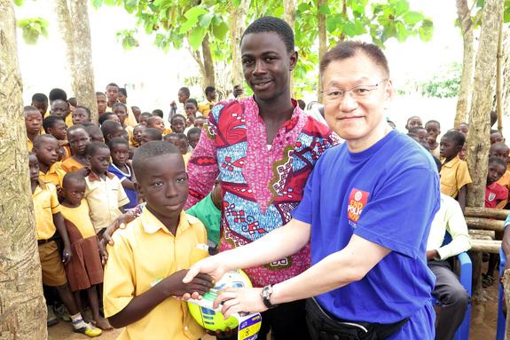 日本から持ってきたサッカーボールをプレゼント