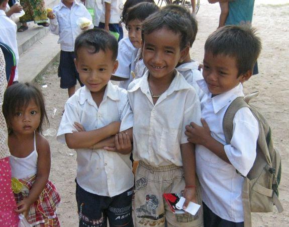 カンボジアの子どもたちの笑顔! 被災した子どもたちにも笑顔の魔法を!