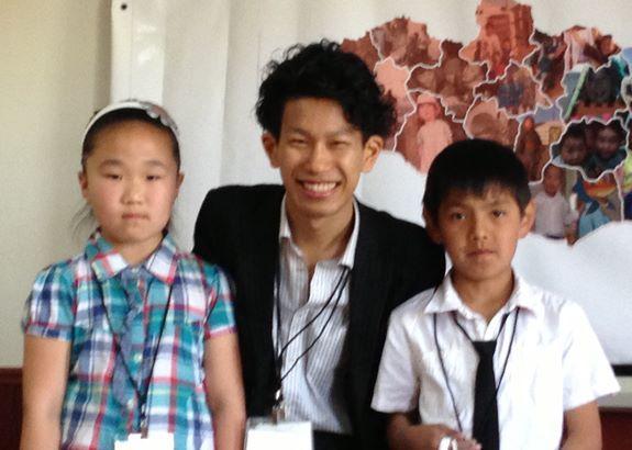 6月のモンゴルでのボランティアにて緊張の面持ちの子どもたちと