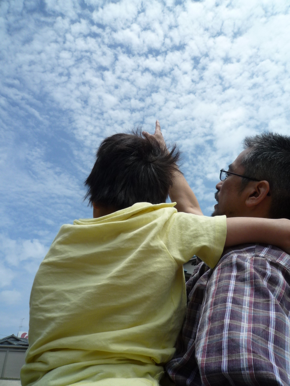 子どもたちと空を見上げて