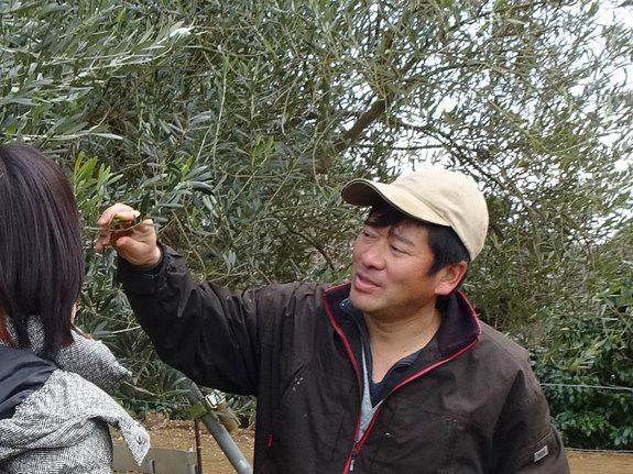 オリーブについてレクチャーするユニバーサル農場の代表・濱田さん