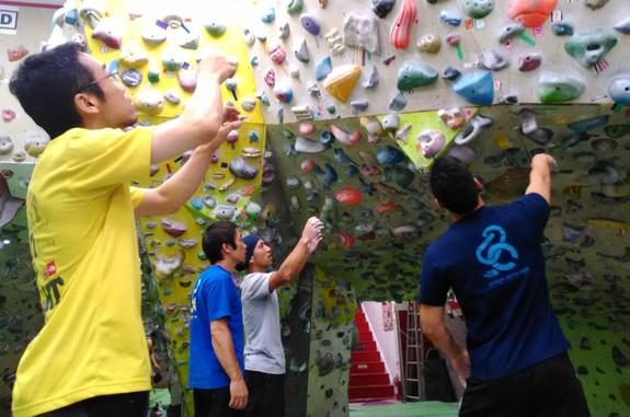 視覚障害者は、登る前に課題のルートを確認します。