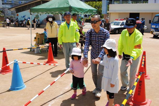 2014年に開催した防災訓練:くじ引きで障害物歩行ゲームの様子