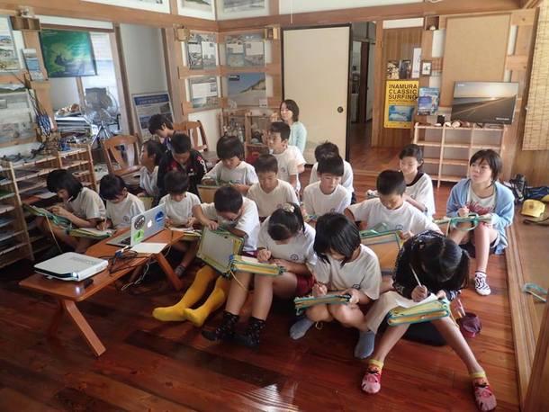 地元の子ども達:ウミガメ学習の様子