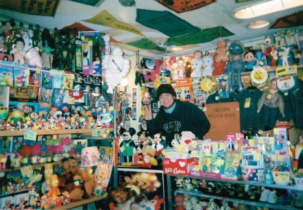 COMETOGETHERさん(旧店舗)の店内での一枚☆レアなおもちゃがたくさん!!