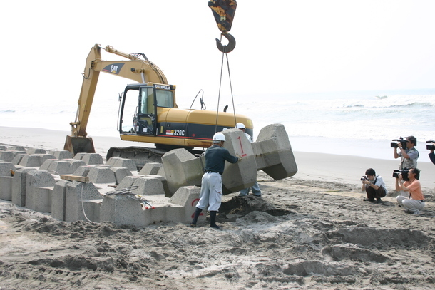 ウミガメの行く手を阻む波消しブロックが撤去された様子