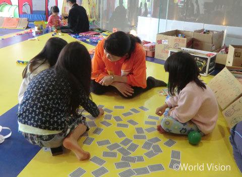 プレイルームで安心して遊ぶ子どもたち