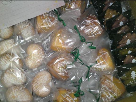 温かいご支援で一緒に送られる焼き菓子