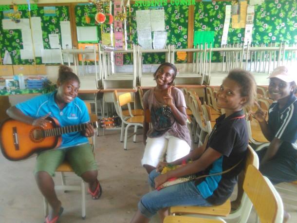 休日に学校のギターを借りて音楽を楽しむ生徒