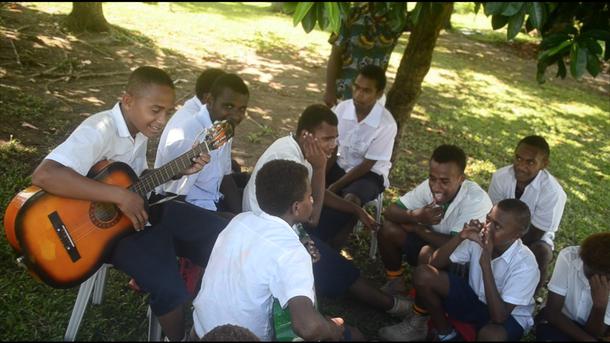 休み時間にみんなで歌う生徒たち