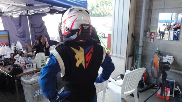sugoアスラーダのマーキングが光るレーシングスーツ