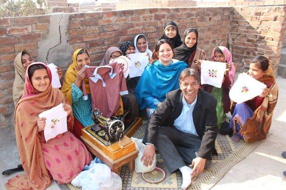 パキスタン 女性 ミシン 裁縫