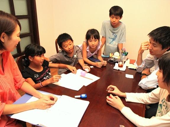 (「東京サドベリースクール」のミーティング。大人も子どもも平等に話し合う)