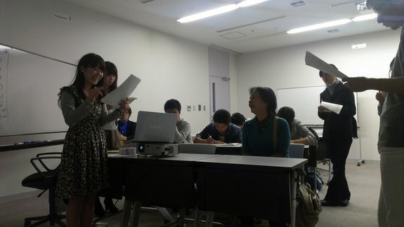 作った音声ガイドをモニターの方に読み上げる。大学生の岡部さん