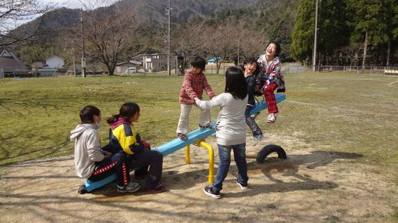 公園でボランティアと一緒に遊ぶこどもたち