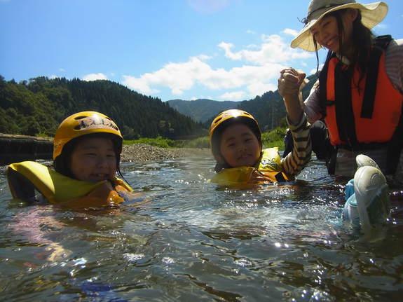 足羽川で川流れを楽しむこどもたち