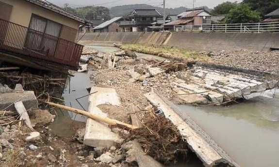 災害後の須佐川流域。護岸決壊。