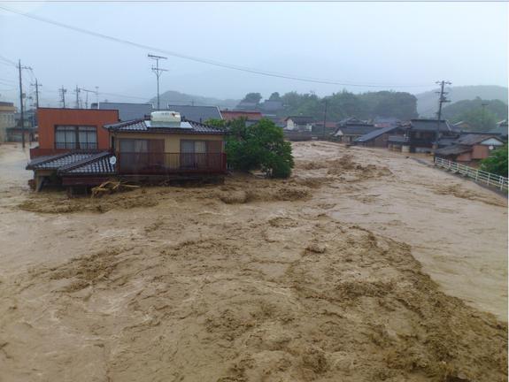 濁流に飲み込まれる災害時須佐中津地区の様子