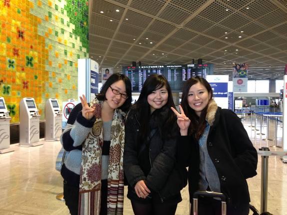 成田空港にて、ご支援くださった若者の代表の3人です。