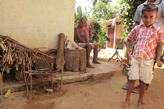 アショーカさんの息子は、自分の牛小屋を作って見せてくれました。