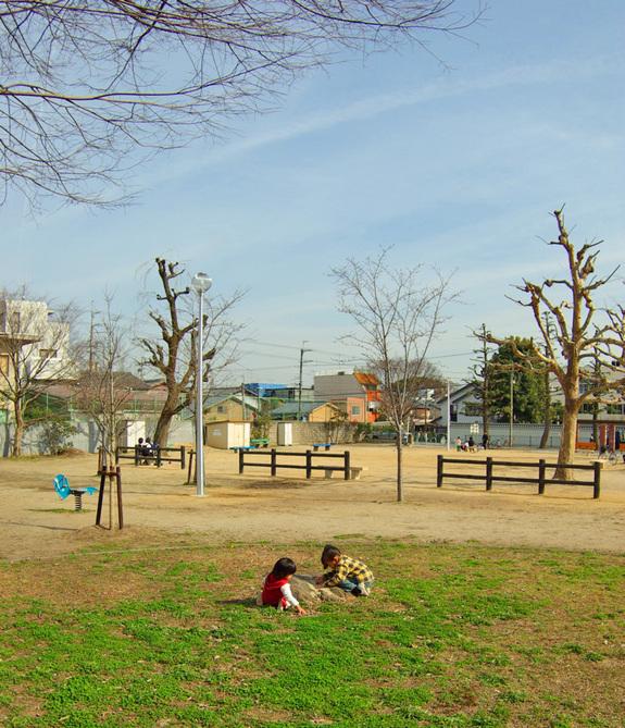 公園で遊ぶ二人の子ども