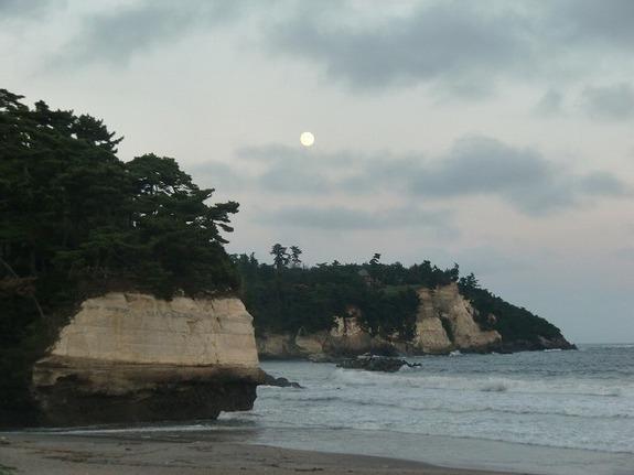 七ヶ浜町の浜辺から見える中秋の名月の前日のお月さま♪