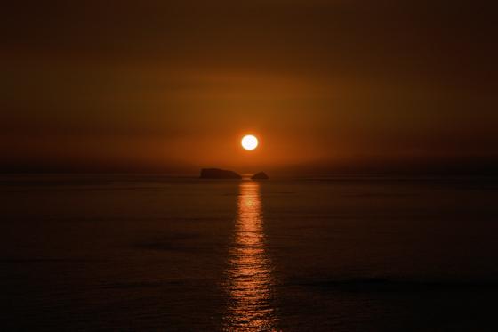 写真は五島灘の夕日、2012