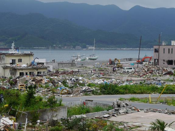 東日本大震災により瓦礫の山と化した沿岸被災地
