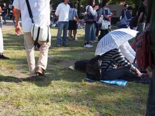 思い思いに芝生に座ったり立ったり。