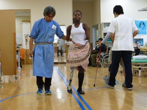 臼井二美男さんから歩行訓練を受ける