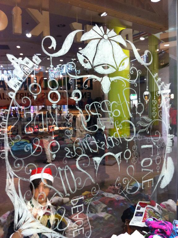 クリスマスの絵をカラフルラブのメンバーが描いてる様子