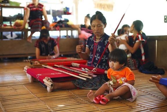 村の伝統手工芸品カトゥー織