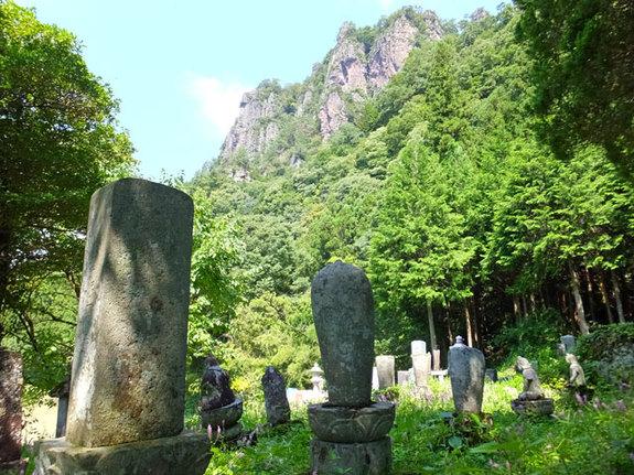 岩櫃山と祢津家墓地
