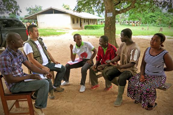 「子ども保護委員会」として活動する村のボランティアたち
