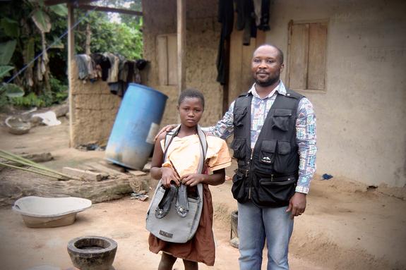 家庭訪問や学用品の支給を通じて子どもの就学を支援