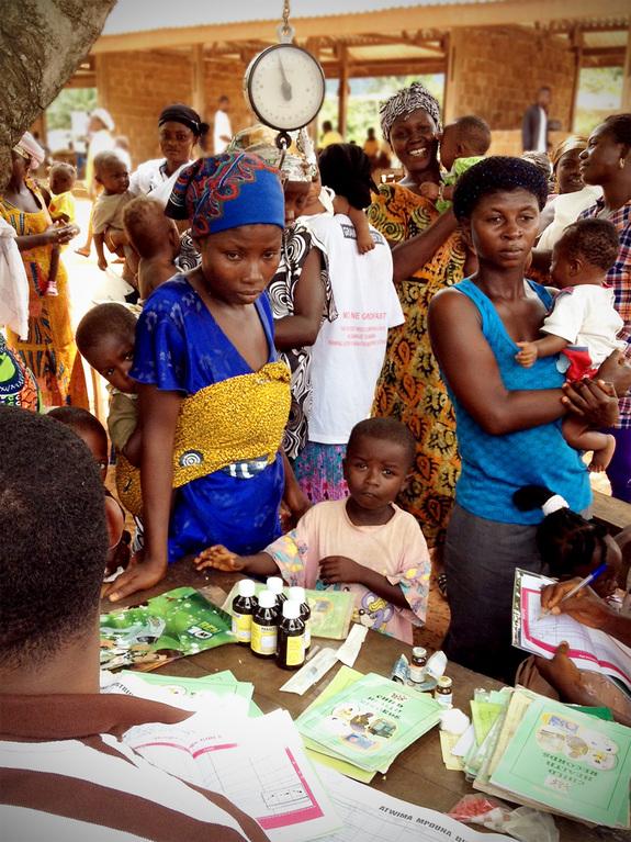 ガーナ・カカオ生産地域での新生児の体重測定の様子