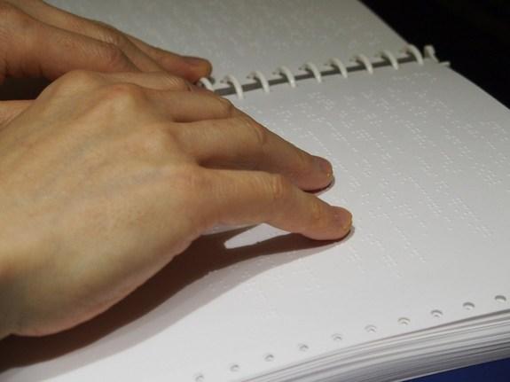 「両手で読譜している」写真