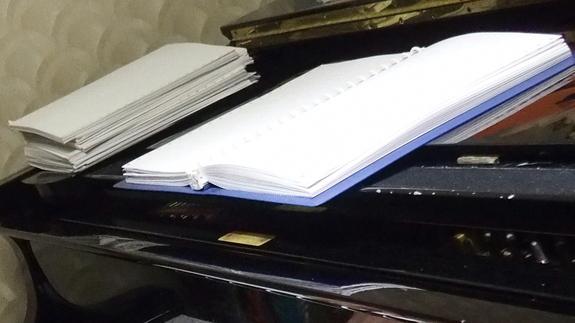 ピアノの上に置いてある点字楽譜の数々