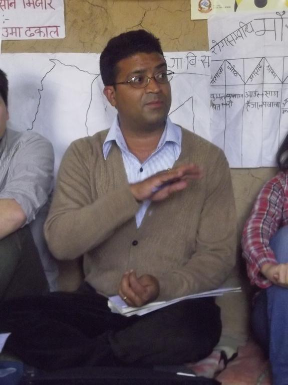 UNDPのプロジェクトサイト視察で通訳をするミラン君(2014年3月)