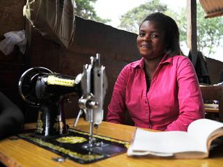 コンゴ紛争を生きのびた女性たち 幸せな洋服屋さんプロジェクト